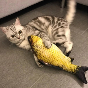 Chat agrippant son doudou animé poisson carpe