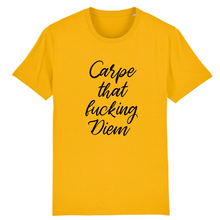 "Charger l'image dans la galerie, T-shirt jaune ""Carpe that fucking diem"" de la marque Rose Queer"