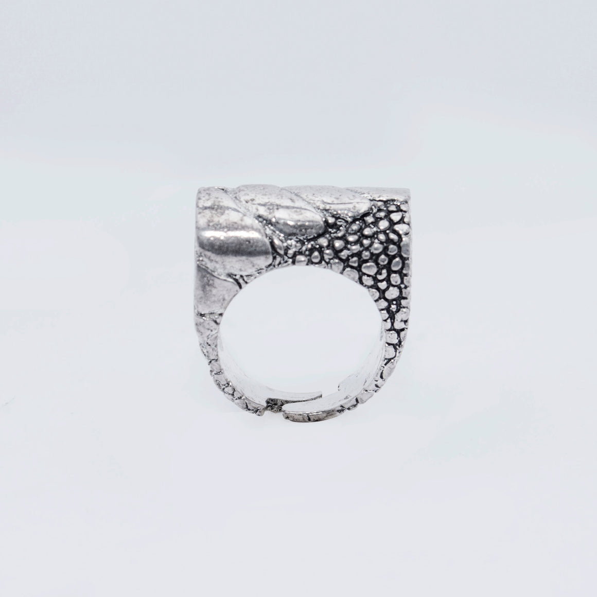 EXOTIC LEG MOTIF RING IN WHITE BRASS