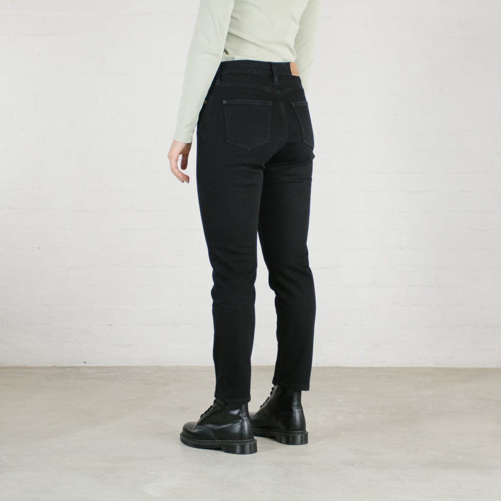 The Neli Mom Stretch in Black.