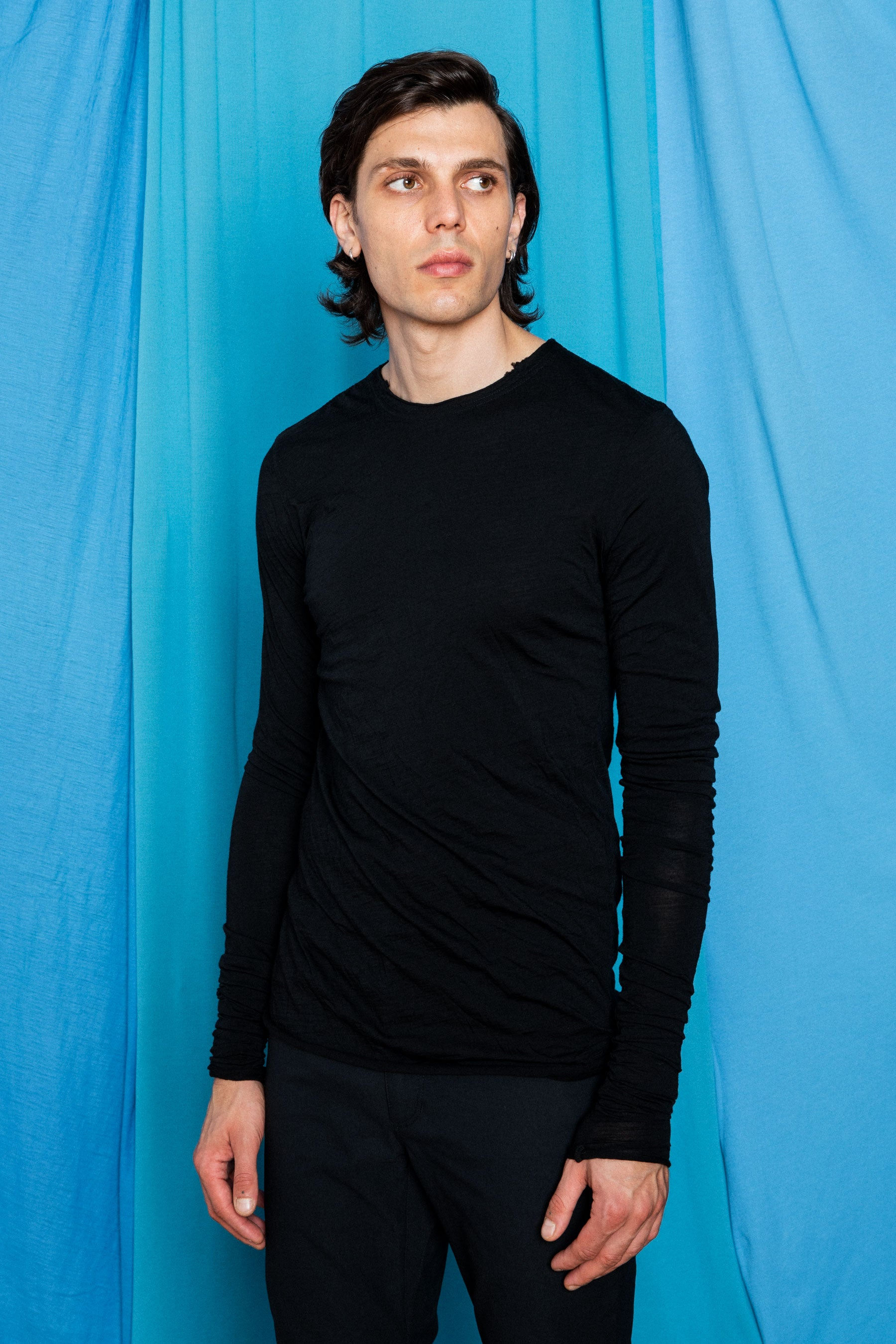 Fit image of Daniele wearing the Dreamweight Rawcut Longsleeve in Black