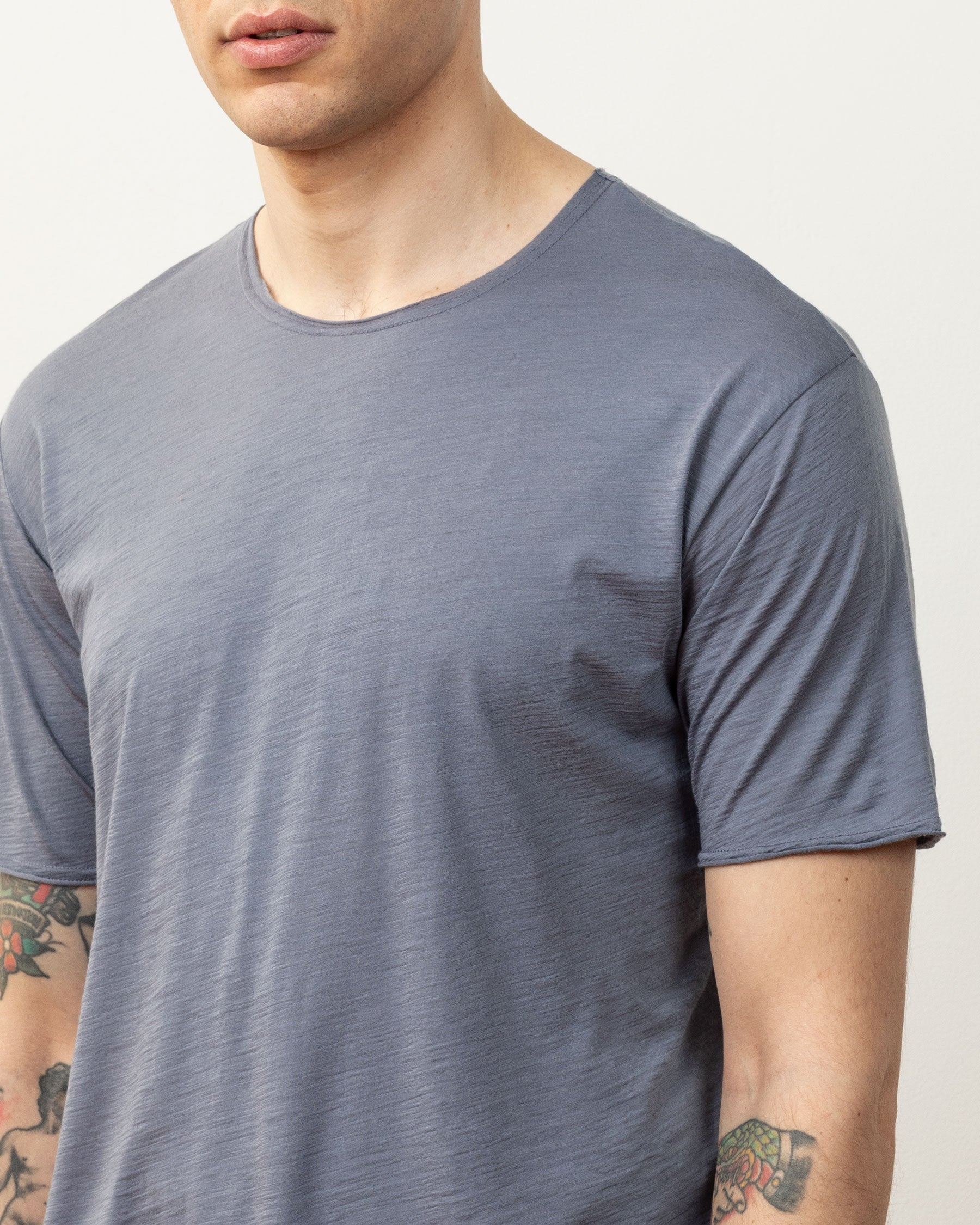 Cropped detail image of the Dreamweight Rawcut Shortsleeve collar