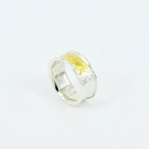 DM742B: Text-ure ring, gold band
