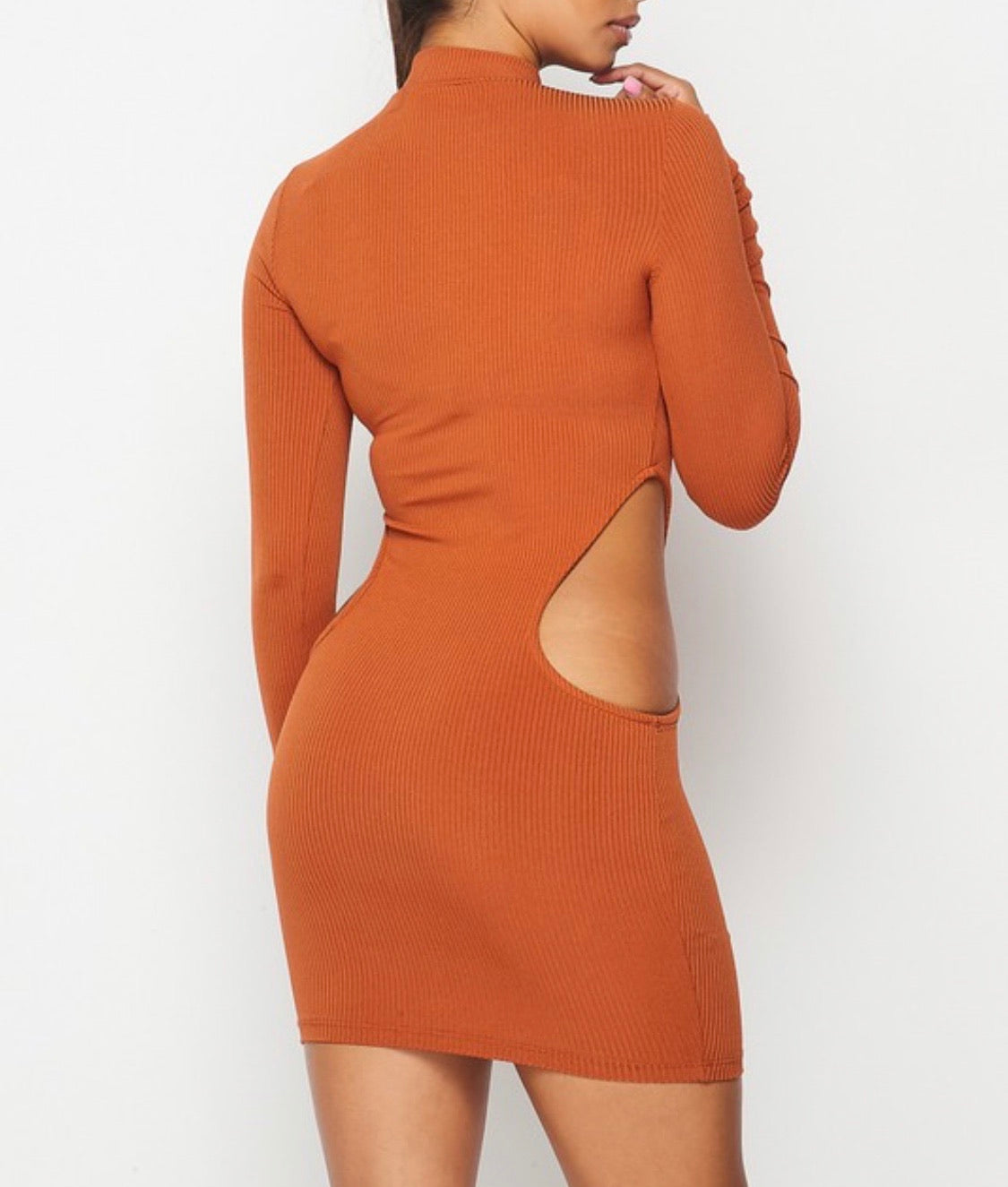 IN THIS IMAGE YOU CAN SEE A YOUNG WOMAN WEARING A  FULLSLEEVES MINI DRESS. THE DRESS FEATURES Cut Out Detail. IT IS A  Bodycon Mini Full Sleeves Dress.