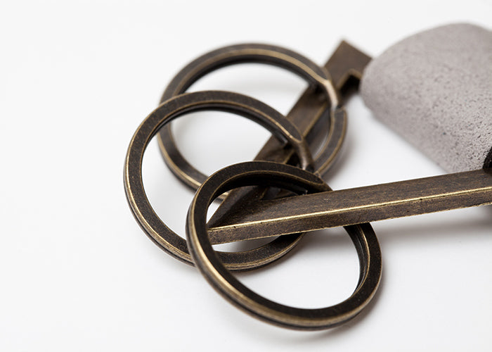 TRIANGLE KEY CHAIN Gray/Gold