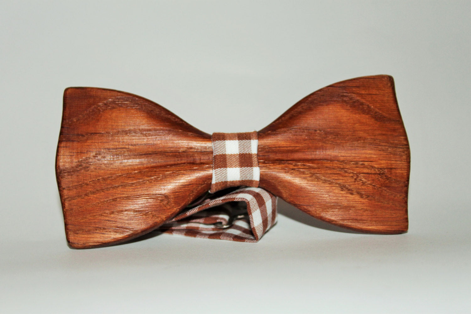 Brown bow tie for men made from oak wood with pocket square