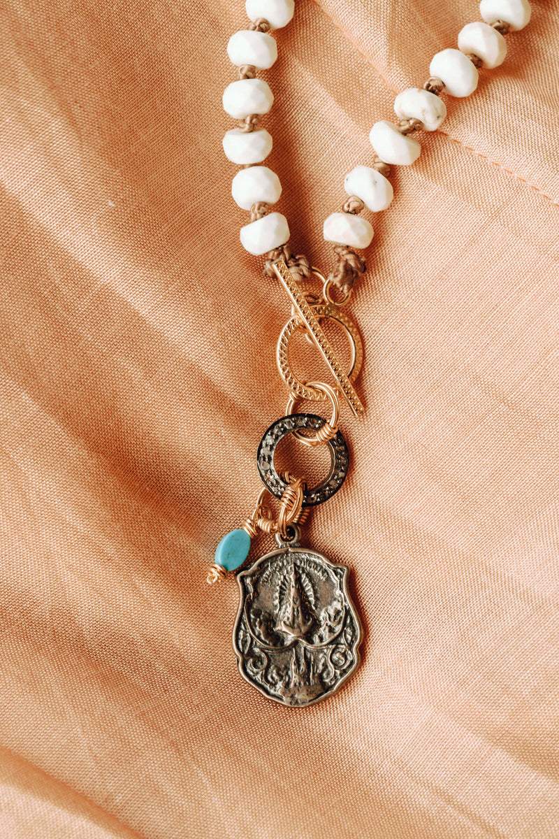 HAND KNOTTED NECKLACE WITH WHITE TURQUOISE