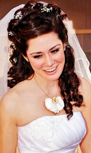 A bride wearing a fresh white orchid necklace in her wedding jewelry necklace