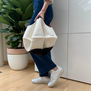 Simplicity, sustainability, and serviceability define this stylish bag. The perfect match between design and functionality allows you to bring all your essential belongings with you. In the city, at the beach or when going for groceries, this bag is ideal for wherever you go.