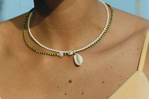 A TANGER COWRIE NECKLACE, WHITE