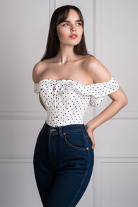 Top corsé a lunares escote recto con mangas sin hombros (off the shoulder)
