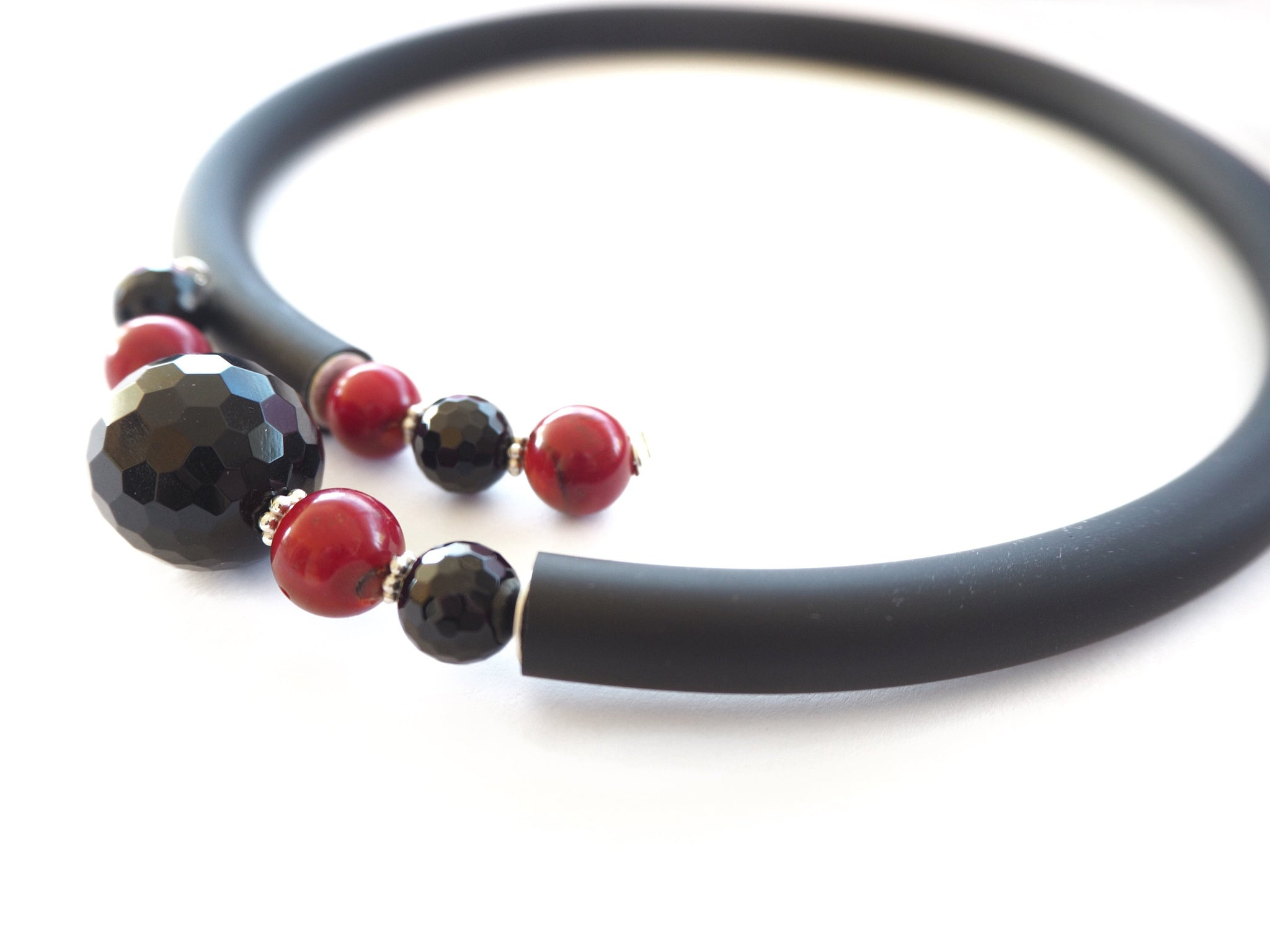 Contemporary line - Onix, coral and black caocho necklace