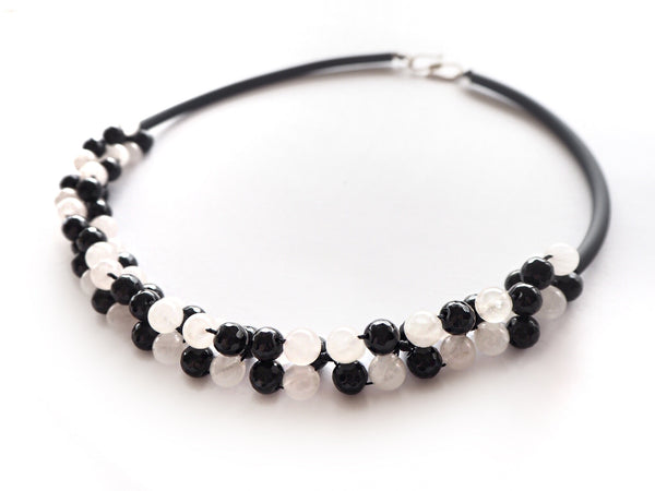 Contemporary line - Onyx, milky quartz and black caocho necklace