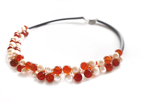 Contemporary line - Pearl, carnelian and black caocho necklace