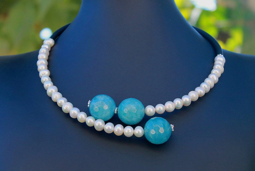 Contemporary line - Pearls, angelite and black caocho necklace