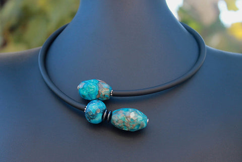 Contemporary line - Turquoise blue crash agate, hematite and black caocho necklace