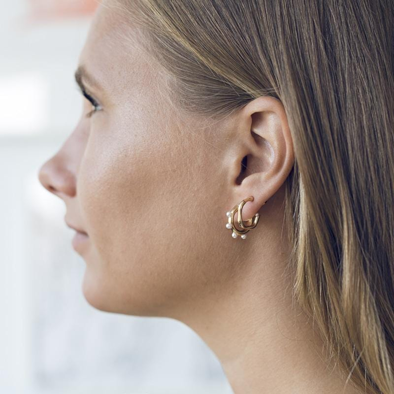 Small hoop earrings with gold plating and pearls