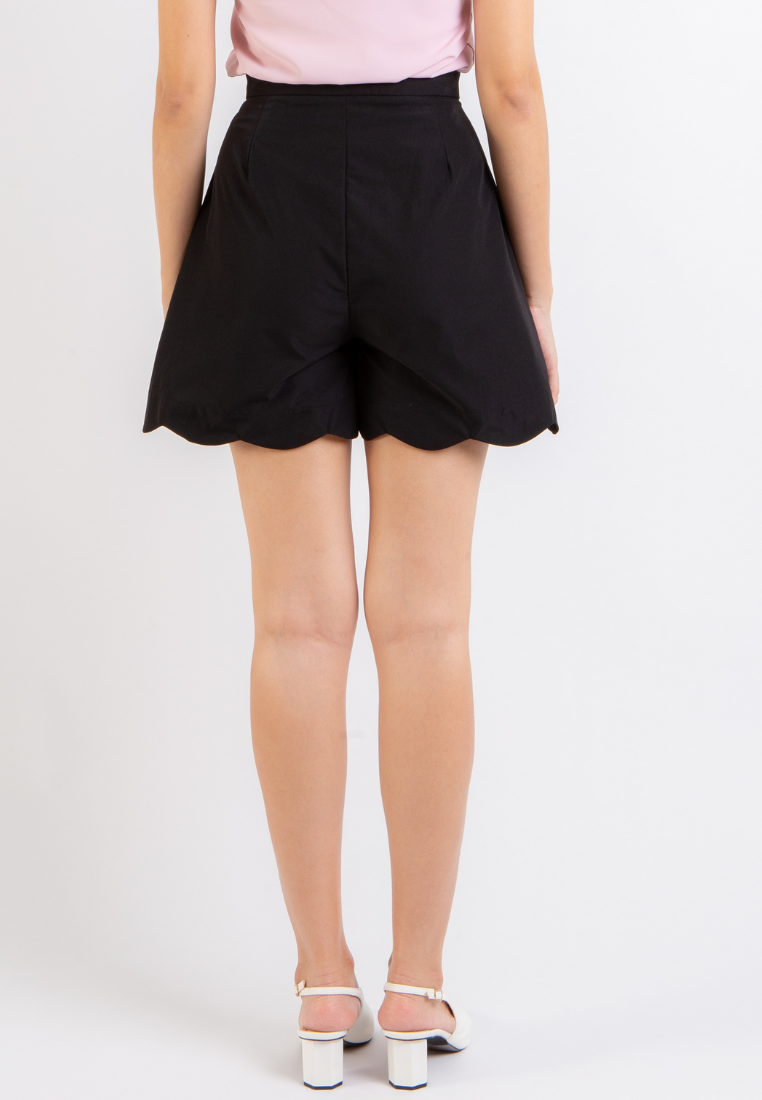 Honor Scallop Hem Shorts (Black)