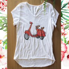 Afbeelding in Gallery-weergave laden, Dames T Shirt met rode Vespa en strass