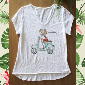 T Shirt met damen in polka dot jurk en Vespa