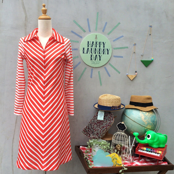 Curvy Chevy | Vintage 1970s Chevron stripes Coral pink and white Zip front Dress