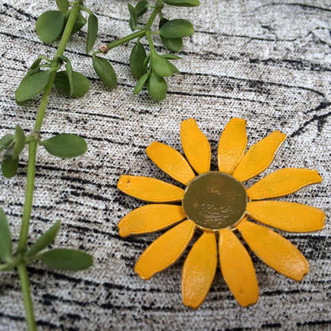 Itsy bitsy yellow | Vintage 1960s floral enamel yellow daisy brooch