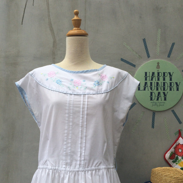 Sweet Country of Mine | Vintage White 1980s embroidered details Pocket dress with Blue Binding