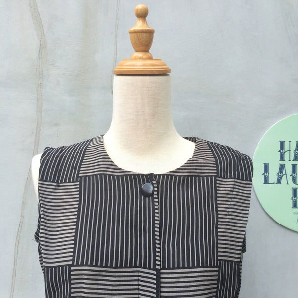Serious Just a tad | Vintage 1980s sleeveless Day Dress with a Simple Cubic Lines graphic print