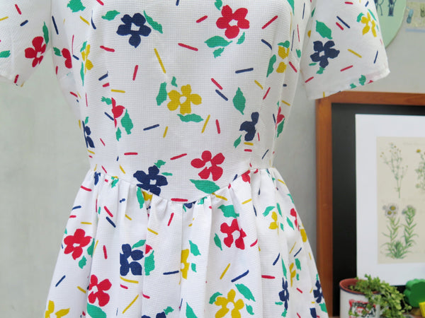 Must Have! | Sara Finn | Vintage 1980s-does-1950s Floral confetti print Scallop hem Deep V-back Day dress with Pockets