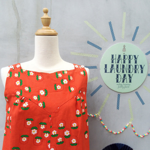 Sunny Daisies | Vintage 1950s 1960s A-line sleeveless shift dress in Orange and daisies with POCKETS