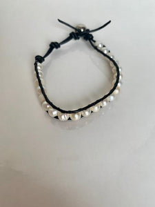 mother peal bracelet with natural nacre and black rope for woman bracciale in madreperla con cordoncino nero per donna
