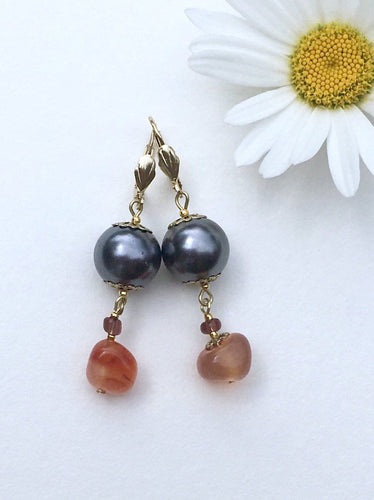 Amber on anthracite colored bead on gold threader earring