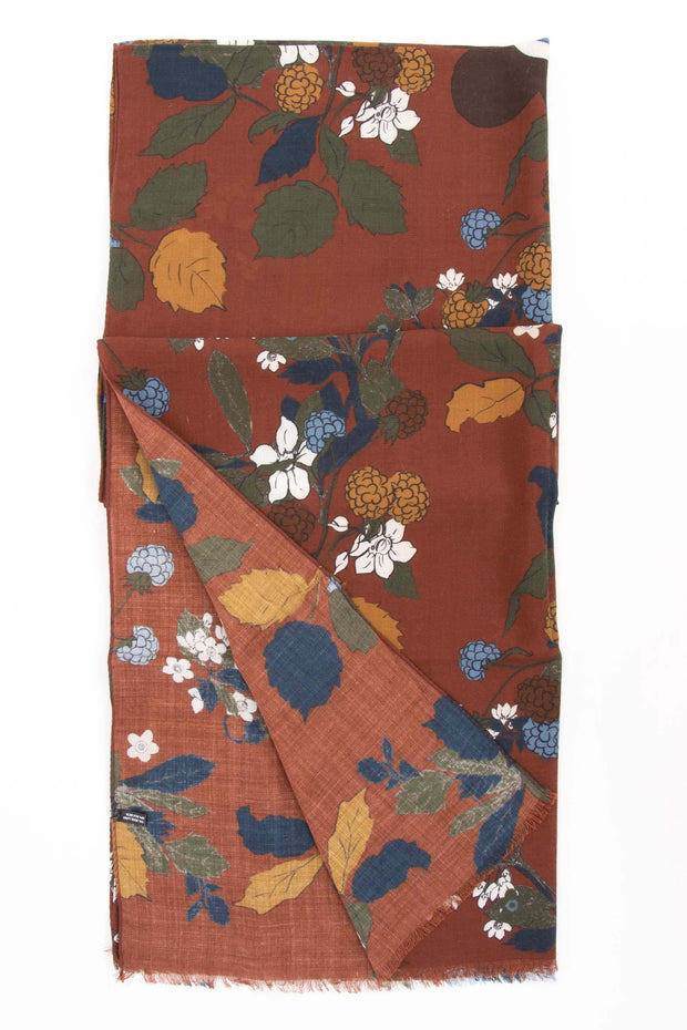 floral details of the orange made in italy scarf-dettaglio floreale della sciarpa made in italy