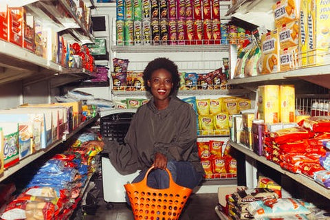 woman in grocery store - misleading packaged food claims blog header