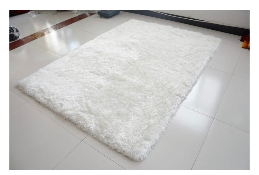 White Rug in Raz Outlets