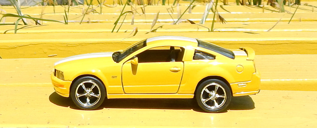 2006 Ford Mustang GT with Strips 1:38 scale