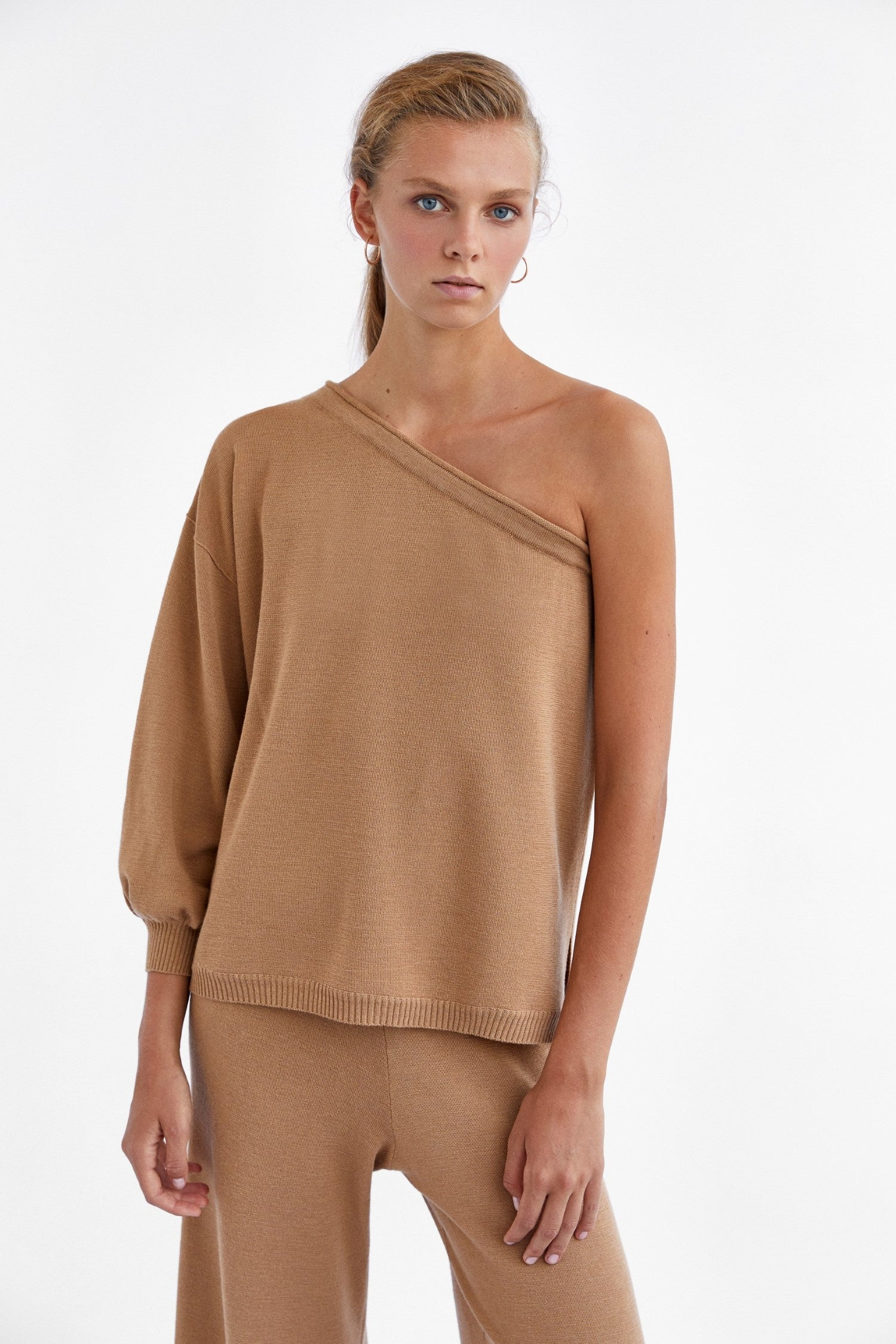 CAMEL ONE SLEEVE SWEATER