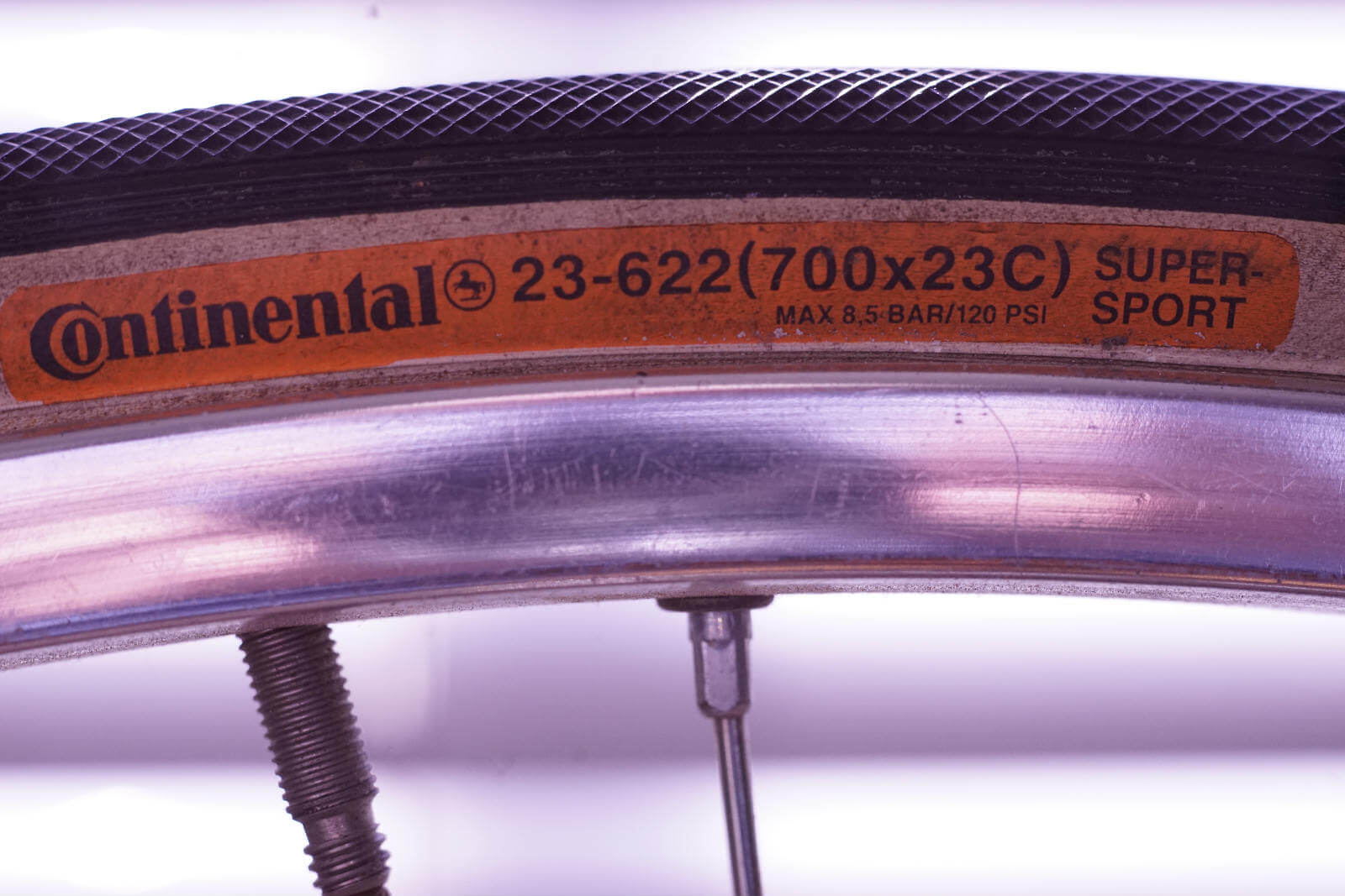Maximum pressure is 8,5 bar; a heavy man should rather choose 25mm tyres