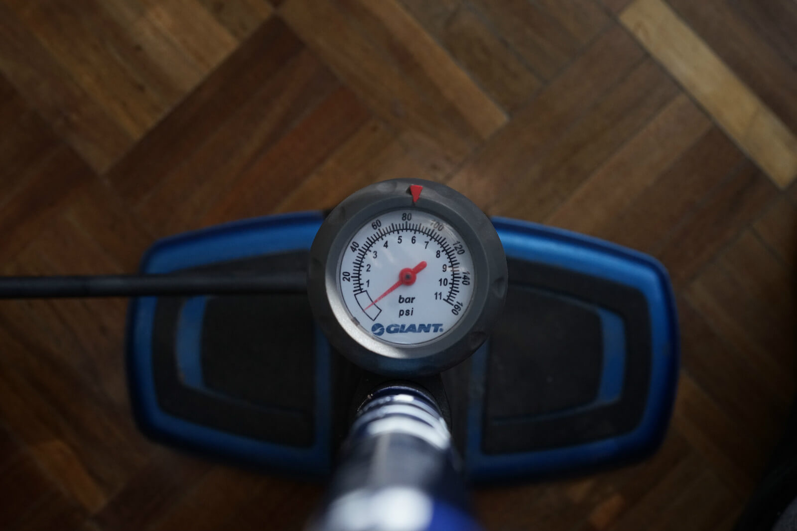 The track pump measures pressure in psi and bar