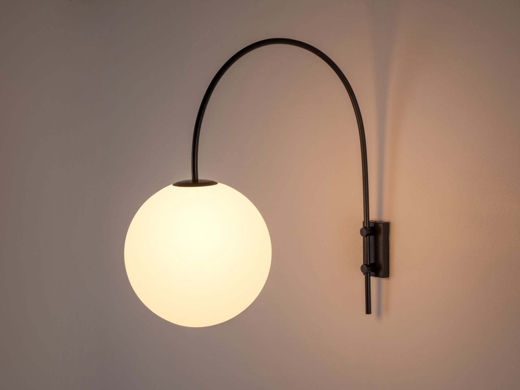 Curve wall light grey | dark | houseof.com