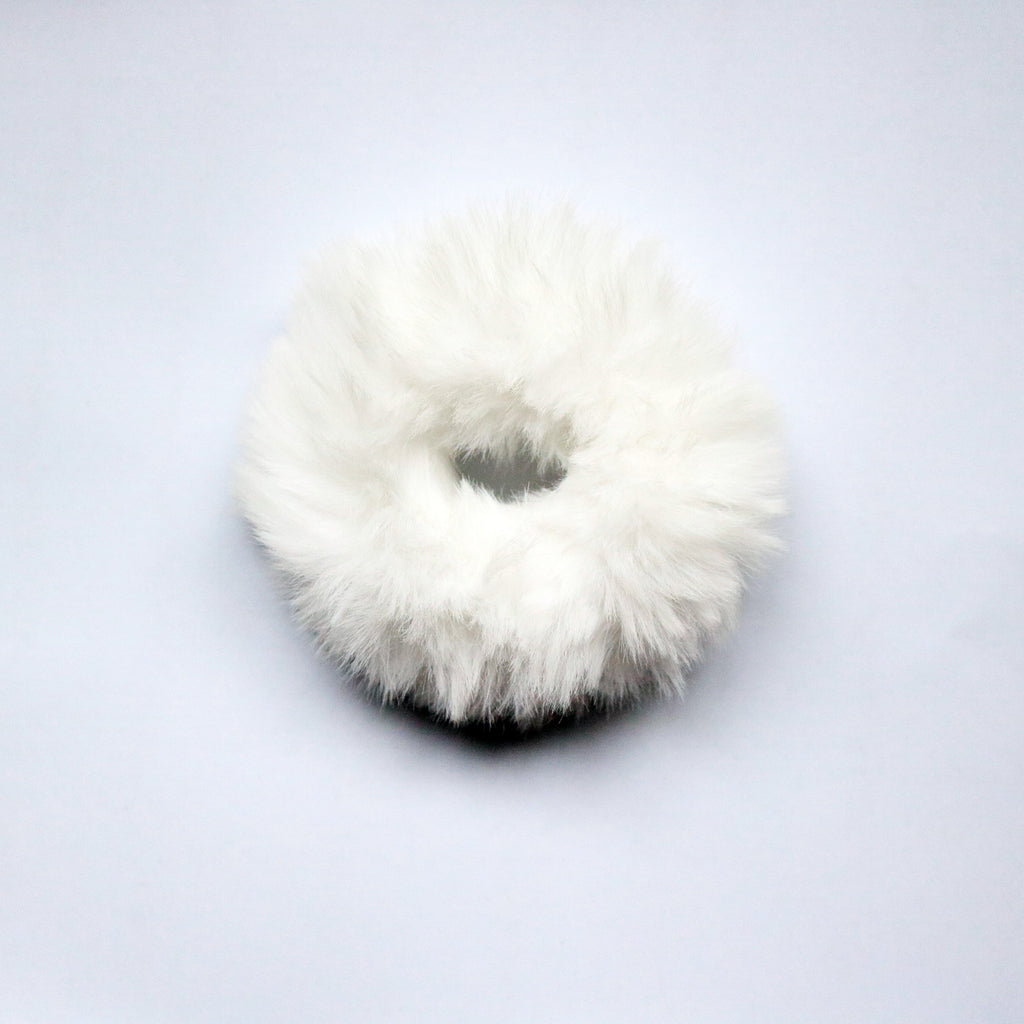 Furry Scrunchie in Blanco