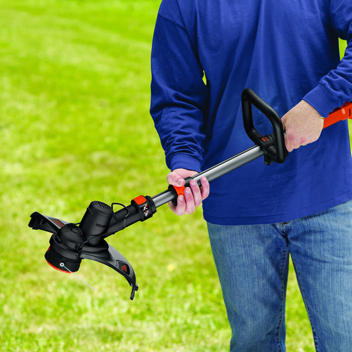 retracting the Black and Decker LST136R String Trimmer