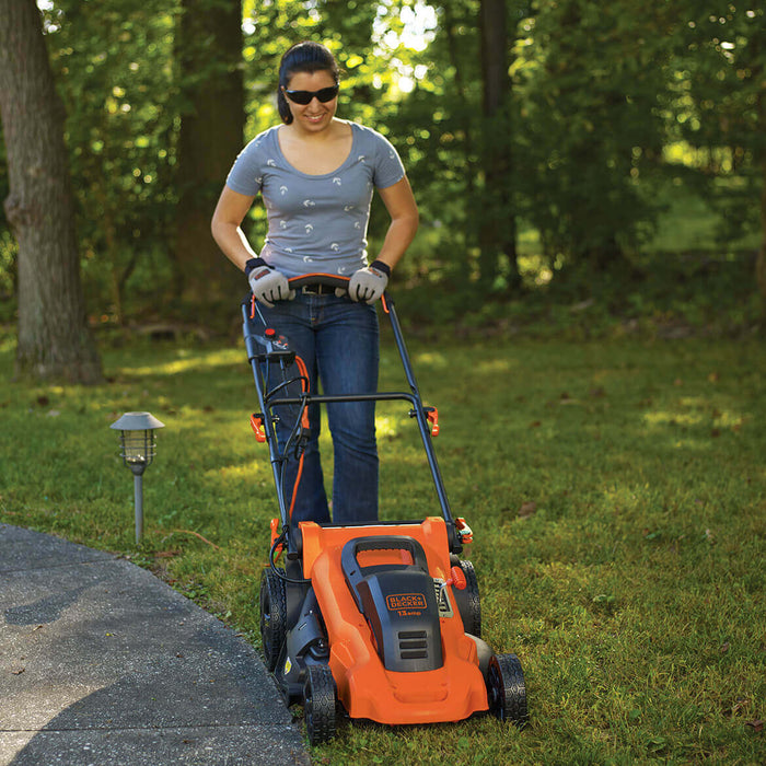 woamn using Black and Decker MM2000 Electric Lawn Mower