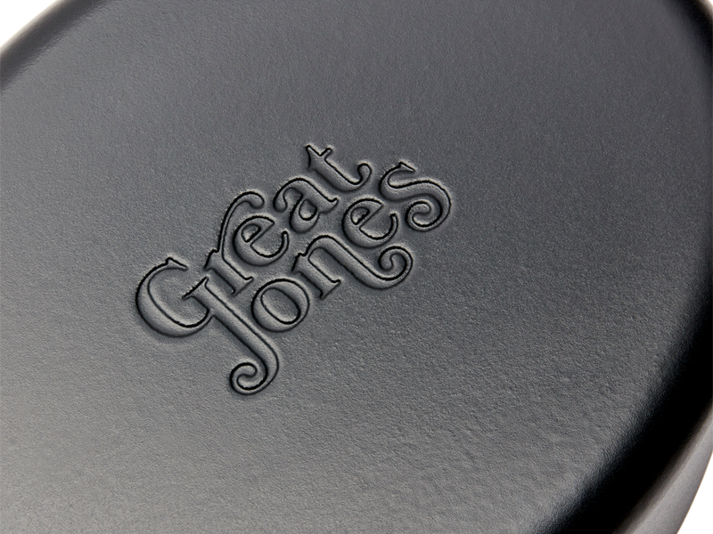 Enameled cast-iron Dutch oven in pepper black - logo close-up