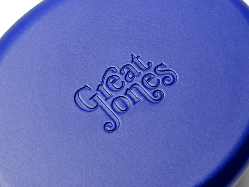 Enameled cast-iron Dutch oven in blueberry blue - logo close-up