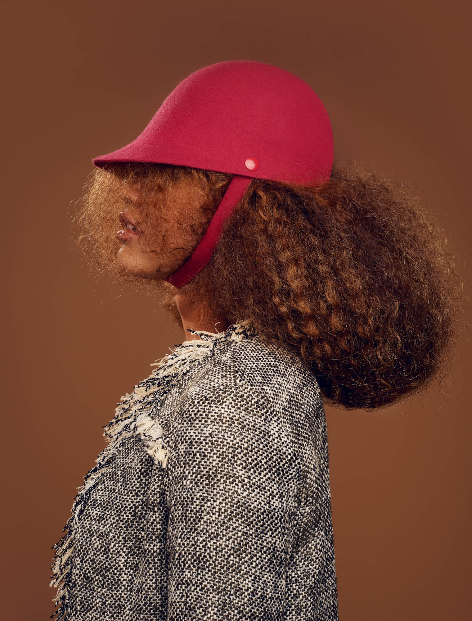 The Chief hat fits the afro natural hair of the model.