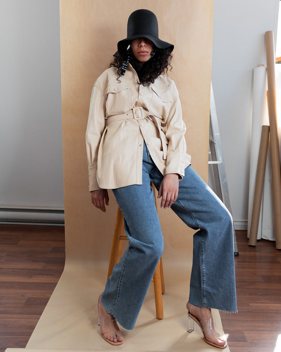 The model wear a 70's styled outfit with the Camille Côté KITT hat