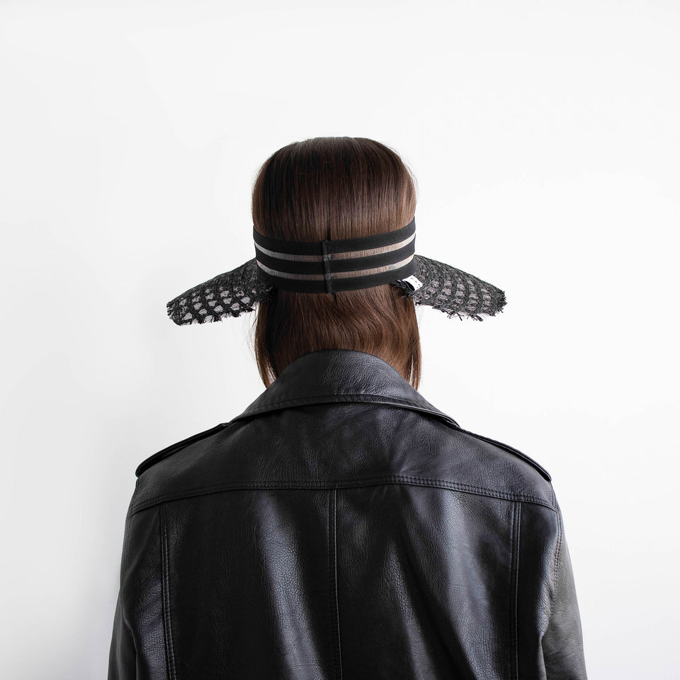 The AIMÉE visor on the model show the back elastic band