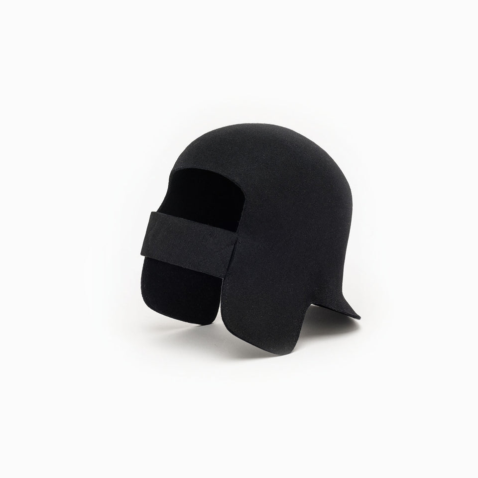 Warm black felt earflap hat with integrated elastic for a better fit.