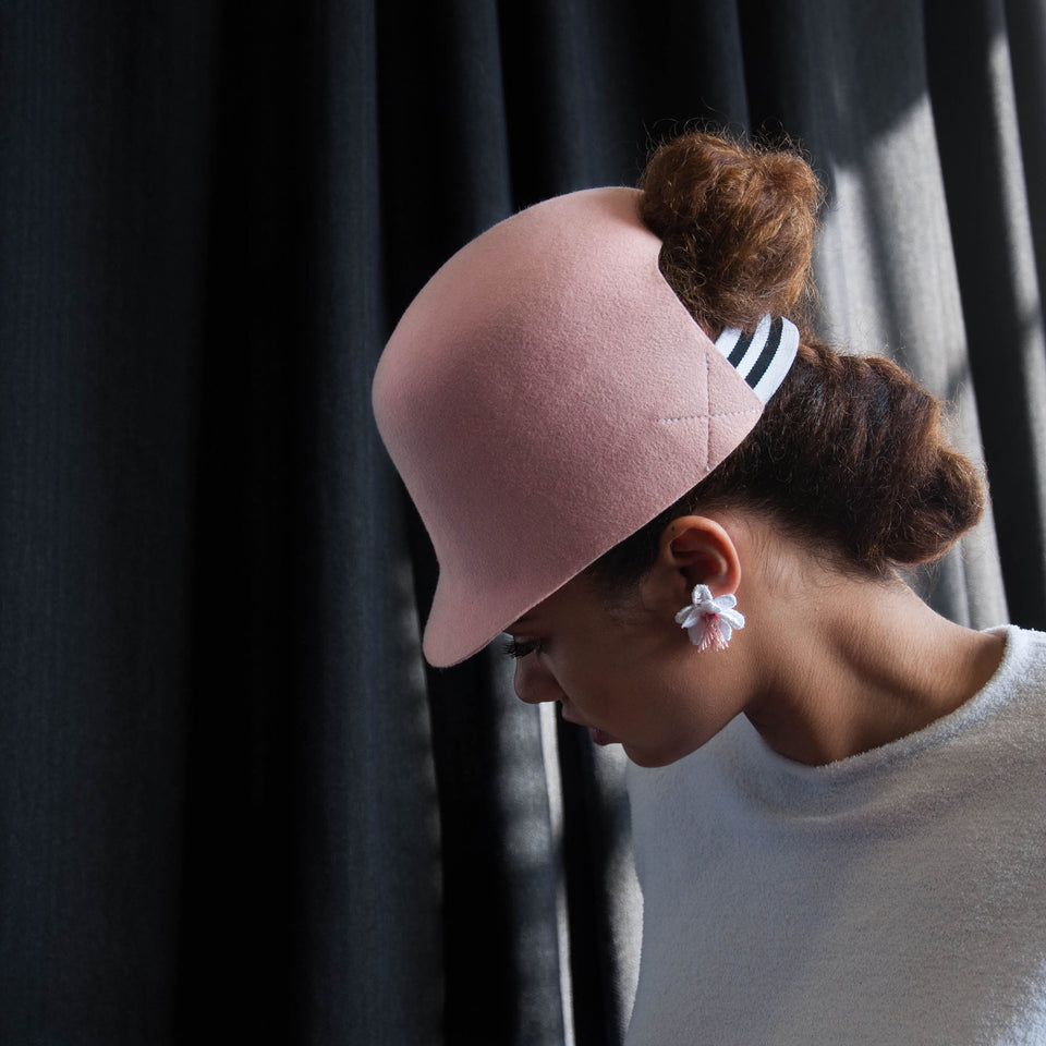 The natural hair model wear the felt hat BIGGIE in pink color.